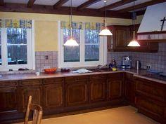 Kleine ramen in oude keuken, zullen doorgetrokken worden