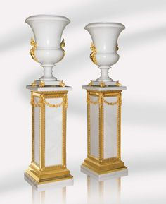 Medici Uffizi Vase and Uffizi Square Column in Pure White Marble and 24K gold plated bronze by Baldi Home Jewels #HomeJewels #marble #classicdesign #luxury #luxuryfurnitures #classicfurnitures