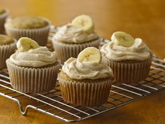 gluten-free banana cupcakes w/ browned butter frosting: Ripe bananas? Mix them with Betty Crocker® Gluten Free yellow cake mix and create delicious homemade cupcakes. Patisserie Sans Gluten, Dessert Sans Gluten, Gluten Free Sweets, Gluten Free Cakes, Butter Frosting, Frosting Recipes, Cupcake Recipes, Cupcake Cakes, Dessert Recipes