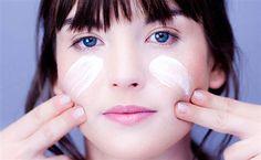 Cilt bakımı hepimiz için çok önemli ama hassas cilt bakımı yapmak çok dikkat isteyen bir iştir. Cildinizde meydana gelecek en ufak olayda alerjik durumlar kendini gösterebilir ve istenmeyen kızarıklıklar ile uğraşmak zorunda kalabilirsiniz. Bu yüzden hassas cilt bakımı yaparken önünüze gelen cilt bakım ürününü ve güzellik maskesini kullanmamalısınız.  Şimdi sizlere hassas cilt bakımı için öneriler sunarak yardımcı olmaya çalışacağım.