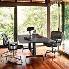Bonne fête des pères!  La lampe de table en vedette sur ce typique bureau de papa est la Snoopy de @flos qui fournit une lumière directe à travers un disque de verre épais et un réflecteur émaillé, reposant tous deux en parfait équilibre sur une base en marbre blanc. Conçu à l'origine par Achille et Pier Giacomo Castiglioni en 1967, réintroduit en 2003. Gradateur et interrupteur intégrés.  . . . #interiordesign #homedecor #desklamp #homedesign #office #lighting #tasklight #tablelamp… Chair Design, Furniture Design, Bauhaus Furniture, Large Table, Office Equipment, Break Room, Office Looks, Common Area, Lounge Areas