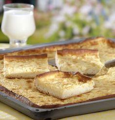 Für den Hefeteig Butter zerlassen. Mehl, Salz und Trockenhefe mischen. Mit Zucker, Milch und Butter zu einem glatten Teig verkneten. Zugedeckt 20...