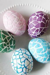 Mosaic Patterns: The crackly effect of these eggs looks even better when you add bright spring colors. Click through to discover more DIY decorating ideas for your Easter eggs. eggs 52 Easy Egg Decorating Ideas to Get You Egg-cited for Easter Easter Egg Dye, Easter Egg Crafts, Coloring Easter Eggs, Bunny Crafts, Easter Party, Easter Table, Easter Decor, Easter Gift, Easter Ideas