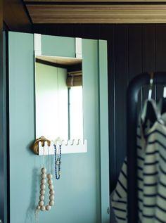 Cette petite étagère #GARNES a été conçue pour suspendre des colliers et ranger vos affaires du quotidien. #inspiration #déco #décoration #IKEA #nouveauté