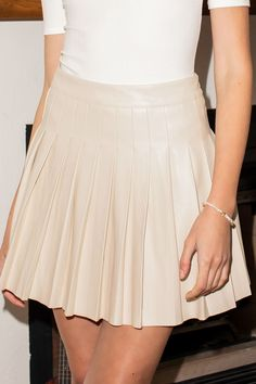 Beige Skirt Outfit, Pleated Skirt Outfit, Pleated Tennis Skirt, Skirt Outfits, Hipster Skirt, Periwinkle Dress, Leather Skirts, Curvy Girl Fashion, Indie Outfits