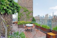 Jennifer Anistons NYC apartment balcony. To DIE.