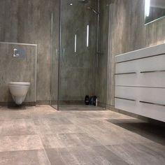 Instagram photo by malogflis - Badegulv med 45x45 fliser i betong look. Veggplater i samme stil. #bad#interiør#våtrom#flis#betong#flis#håndværk