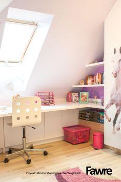 Biurko w pokoju dziecięcym.