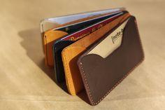 Визитница для персональных визитных карточек. Удобна для хранения «дневного запаса» визитных карточек даже самого эффективного переговорщика, т.к. вмещает 5-10 визитных карточек.