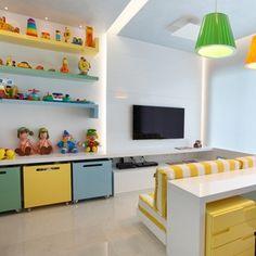 Na casa do jogador de futebol, na Barra da Tijuca, no Rio de Janeiro (RJ), a área da churrasqueira fica ao lado da piscina.O espaço gourmet conta ainda com uma extensa mesa de jantar em madeira. A residência com 600 m² tem projeto de interiores do escritório Leila Dionizios Arquitetura