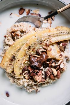 Banana split Oatmeal with roasted almonds — Happy Health Perfect Breakfast, Breakfast Time, Healthy Breakfast Recipes, Healthy Snacks, Eating Bananas, Roasted Almonds, Banana Split, Morning Food, Food Inspiration