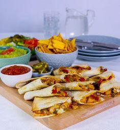 Quesadillas är en mexikansk rätt där man fyller tortillabröd med en god fyllning. Bröden serveras varma med klassiska tacotillbehör. Väldigt god och festlig vardagsmat. De blir lika goda med qournfilé eller kyckling.
