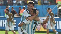 Lionel Messi y Ángel Di María celebran después de Argentina venció a Suiza