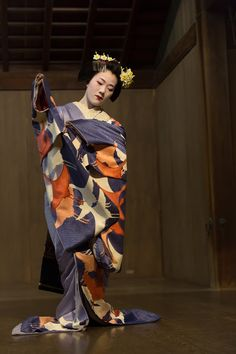 Maiko Tomitae wearing a stunning blue Hiki with cranes in different orange and beige tones. This is playfull and elegant at the same time, an absolute winner!