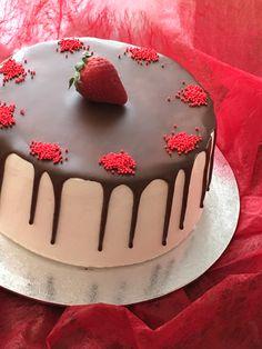 tarta de nata y fresas con cobertura de chocolate