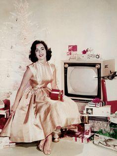 #TBT: Elizabeth Taylor's Festive Holiday Ensemble via @WhoWhatWear