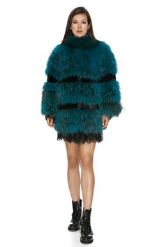 Stylish Vero Milano all-natural fox fur jacket with full sleeves in an electrifying shade of blue – a piece that will make any outfit stand out.