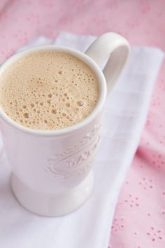 Video + Recipe: Fat-Burning Rocket Fuel Latte for Women (butter-free, dairy-free, low carb, paleo, keto) Fat Burning Tea, Fat Burning Drinks, Low Carb Drinks, Healthy Drinks, Healthy Food, Healthy Eating, Healthy Meals, Lchf, Rocket Fuel Latte