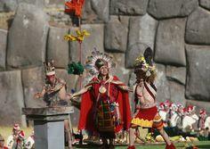 Según la leyenda, Manco Cápac y Mama Ocllo bajaron desde el lago Titicaca por consejo de su padre, el dios Sol. Lanzaron una jabalina de oro; allí donde se clavó, fundaron un nuevo pueblo. El lugar elegido se llamó Cuzco (Perú).