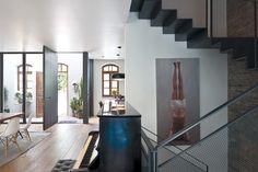 entrance door, stairs, patio כניסה חדשה: הבית הכפול של נווה צדק | בניין ודיור