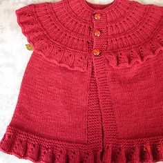 Ruffle Baby Vest found pattern on Ravelry - free and saved Toddler Sweater, Knit Baby Sweaters, Knitted Baby Clothes, Baby Hats Knitting, Kids Knitting Patterns, Knitting For Kids, Baby Patterns, Free Knitting, Baby Coat