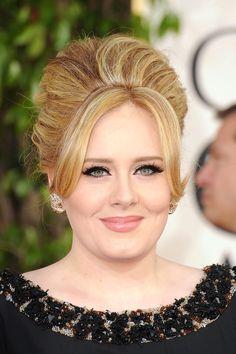 Adele en los Golden Globes 2013 con mucho delineador negro, pestañón postizo y lipstick nude