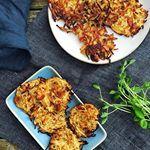 De her knoldseller-røsti med bacon og parmesan duftede så godt, at jeg næsten savlede på dem, imens jeg tog billedet. Og de smagte præcis lige så godt. Find opskriften inde på bloggen  Celeriac hash browns with bacon and parmesan. Mouthwatering delicious. The recipe is on the blog today - link in bio #lowcarb #eatrealfood #realfood #lowcarblifestyle #hashbrowns #lchf #grainfree #glutenfree #sugarfree #jerf #healthychoices #healthylifestyle #happylife #madbanditten
