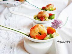 PIPIRRANA CON GAMBAS  4 tomates cherry  8 gambas cocidas peladas  ¼ de cebolla tierna  ½  pimiento verde   ¼ de pimiento rojo  1 diente de ajo  sal gorda  vinagre de manzana  aceite de oliva  Pimienta negra  cortar  los tomates a cuartos, la cebolla y los pimientos picarlos pequeños.  Majar en un mortero con un poco de sal gorda el ajo, añadir unas gotas de vinagre y un chorro de aceite.Verter este aliño sobre las verduras picadas y coronar con la gamba