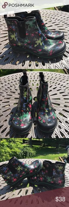 Dansko frog clog rain boots size euro 39 US 8 Women's dansko clog boots size euro 39 US 8. Clogs are black with colorful frog print. Clogs zipper up on the inner part of the shoes. Shoes have show signs of use but have lots of life left! Dansko Shoes Mules & Clogs
