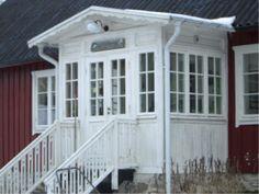 Glasveranda i gammal stil - 43 -- Byggnader och deras delar - Proveniens iFokus Mudroom, Country Style, Garage Doors, Villa, Cottage, Windows, Outdoor Decor, Veranda Ideas, Inspiration