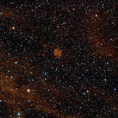 Nebulosa Sh2-116 (Abell 71, DWB 188, PK 085+04 1, ARO 352). Es una pequeña nebulosa de emisión en la constelación de Cygnus. Se localiza al noroeste de la brillante estrella Deneb, y en el extremo norte de la nebulosa  Sh2-115. Tiene forma circular. Durante mucho tiempo se creyó que era una nebulosa planetaria y por eso tiene  diferentes denominaciones en los catálogos de las nebulosas planetarias, sin embargo es una región H II. Su distancia es desconocido.