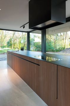 sofie de backer Grey Kitchen Designs, Modern Kitchen Design, Modern Interior Design, Grand Kitchen, Modern Kitchen Island, Casa Kardashian, Cocinas Kitchen, Kitchen Cupboards, Kitchen Interior