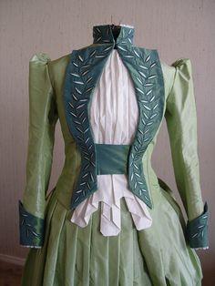 """Mina Harker's green city walking dress from """"Dracula"""" (Winona Ryder)"""