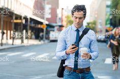Mann SMS auf Smartphone – lizenzfreie Stock-Fotografie