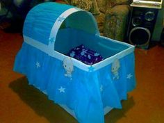 Such a cute idea! With a big box of cardboard and paper crepe. You can make a nice crib for the gifts of your baby shower! Regalo Baby Shower, Baby Shower Crafts, Baby Shower Favors, Baby Shower Games, Baby Boy Shower, Baby Shower Invitations, The Babys, Baby Doll Bed, Baby Shawer
