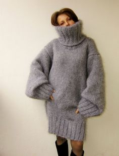 Lover of angora and mohair worn by women . Fluffy Sweater, Mohair Sweater, Thick Sweaters, Wool Sweaters, Gros Pull Long, Gros Pull Mohair, Mini Robes, Sweater Outfits, Sweater Dresses
