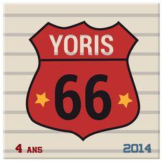 Si vous voulez décorer la chambre de votre garçon sur le thème des voitures, optez pour cette toile personnalisée de l'incontournable route 66 !
