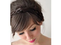 También pueden utilizar una corona de trenza gruesa con el cabello recogido en un chongo con volumen. / peinado de novia