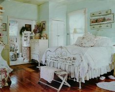 Love the mint green walls along with everything else~