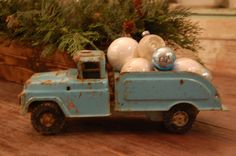 Vintage Trucks Cute idea to use my dad's or grandpa's old toys to decorate with Antique Christmas, Vintage Christmas Ornaments, Primitive Christmas, Country Christmas, Christmas Decorations, Holiday Decorating, Christmas Truck, Christmas Toys, Cozy Christmas