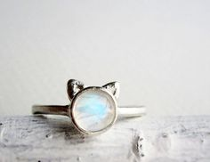 White Cat Ring, Rainbow Moonstone and Sterling Silver Cat Jewelry, Jewelry Accessories, Fashion Accessories, Cat Ring, Bijoux Diy, Rainbow Moonstone, Ring Necklace, Piercings, Grunge