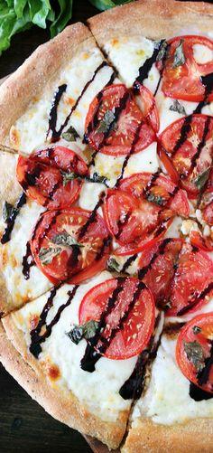 For the Love of Homemade Pizza: Caprese Pizza Recipe - Hubub Pizza Recipes, Organic Recipes, Easy Healthy Recipes, Vegetarian Recipes, Cooking Recipes, Healthy Snacks, I Love Food, Good Food, Yummy Food