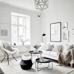 45 interesting minimalist living room decor ideas - Minimalism - FREE, CHEAP AND EASY Tips for Living a Minimalist Lifestyle ! Living Room Green, Living Room Carpet, Rugs In Living Room, Living Room Designs, Living Room Decor, Minimalist Home Decor, Minimalist Living, Minimalist Lifestyle, Beautiful Houses Interior