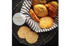 brød uden mel - Gulerodsboller uden melGulerodsboller uden mel Til 8 boller skal du bruge:  3 dl affedtet sesammel 1/2 dl loppefrøskaller 3 små groft revet gulerødder 250 g økologiske æggehvider 1 dl græsk yoghurt, skyr eller hytteost 3 tsk bagepulver 1 tsk salt