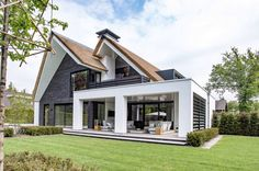 Oervormen in dialoog Stommel Haus, Storey Homes, Mansions Homes, Exterior Remodel, House Extensions, Modern House Design, Exterior Design, Facade Design, Future House