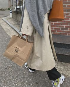 City Outfits, New Outfits, Fashion Outfits, Look Fashion, Spring Fashion, Street Fashion, Parisian Chic Style, All About Shoes, Beige Aesthetic