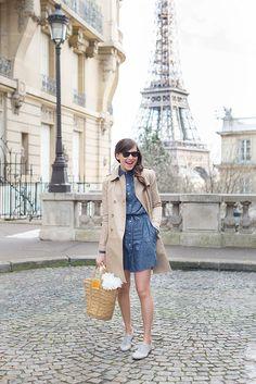 Coup de cœur pour cette tenue Somewhere: une robe chemise en coton imprimé plumetis, un trench beige classique, un gilet en côtes anglaises et des derbies.