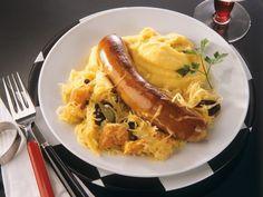 Sauerkraut mit Bratwurst und Püree ist ein Rezept mit frischen Zutaten aus der Kategorie Fleisch. Probieren Sie dieses und weitere Rezepte von EAT SMARTER!