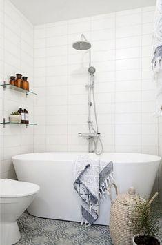 Simple Bathroom Design Ideas With A Small Tubs bathroomdesign bathroomideas tubs 615163630332635481 Minimalist Bathroom, Modern Bathroom, Master Bathroom, Brown Bathroom, Bad Inspiration, Bathroom Inspiration, Bathroom Ideas, Bathroom Layout, Tub Shower Combo
