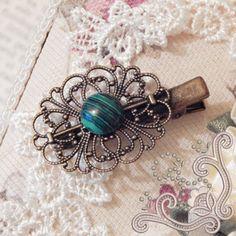 """O agrafa """"vintage"""" pentru tine! Realizata manual din Malachit si bronz, cu un aspect """"invechit"""", aceasta agrafa este alegerea potrivita pentru tinuta ta. Cu un aspect iesit din comun, mai multe nuante de vrede stratificate inegal, Malachitul este o piatra semipretioasa ce se remarca imediat. Considerata a fi o piatra a succesului in afaceri, recomandam aceasta bijuterie, femeii ce doreste sa reuseasca in tot ceea ce intreprinde. Charmed, Bracelets, Handmade, Jewelry, Fashion, Moda, Hand Made, Jewlery, Bijoux"""